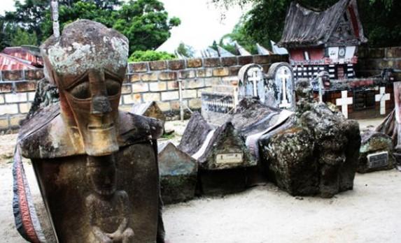 Informasi tentang Makam Raja Sidabutar Wisata Danau Toba yang unik